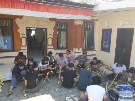 Menghias kantor Desa Sekumpul